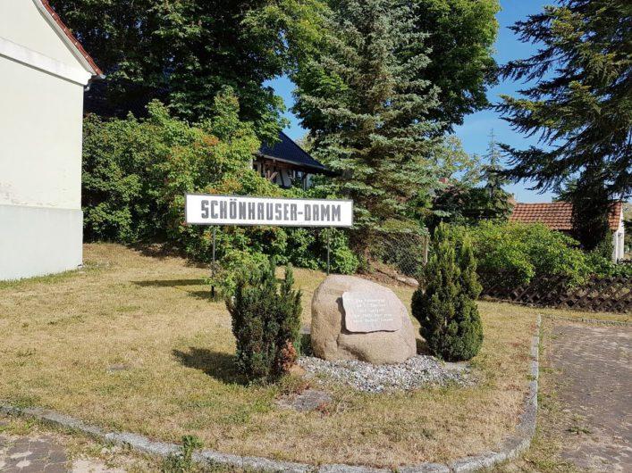 Gedenkstein in Schönhauser-Damm vor dem Dorgemeindehaus