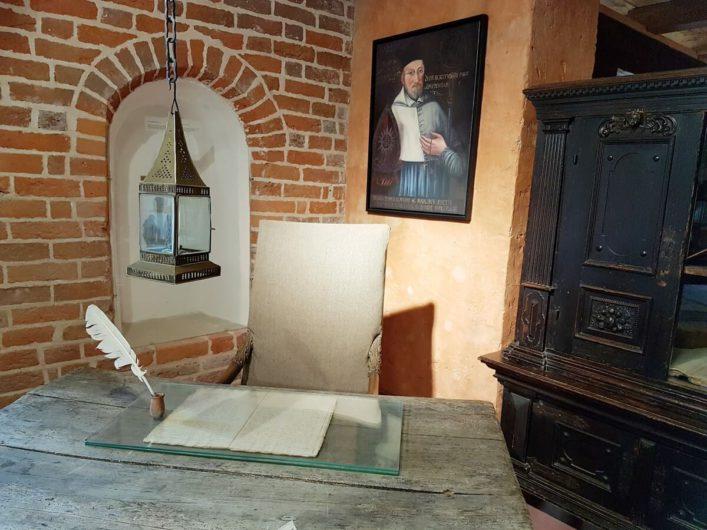 alter Schreibtisch mit Tuschefeder im Kloster Jerichow