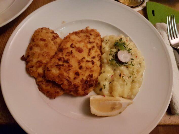 Straubischnitzel mit Kartoffelsalat und Zitronenviertel beim Wirtshaus zum Straubinger in München