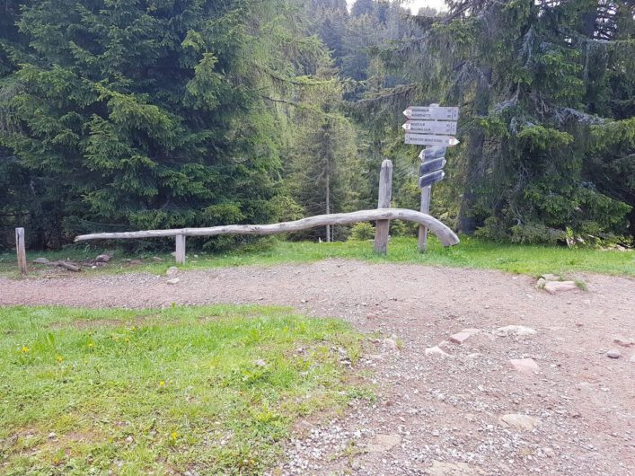 Wanderwegweiser am Abzweig zum Wanderweg 18A auf Meran 2000