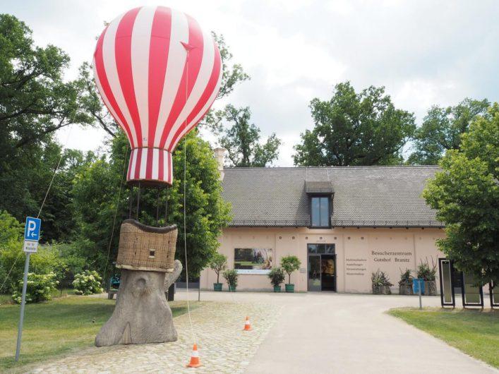 Modell eines Heißluftballons vor dem Besichtigungszentrum am Schloss Branitz