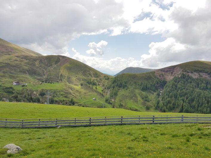 Blick auf die Merner Hütte und den Wanderweg E5 davor