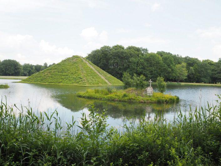 Pyramide im Park Branitz mit dem Grabmal auf einer Insel davor