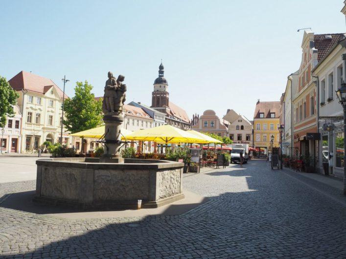 Blick über den Altmarkt und auf den Brunnen in Cottbus