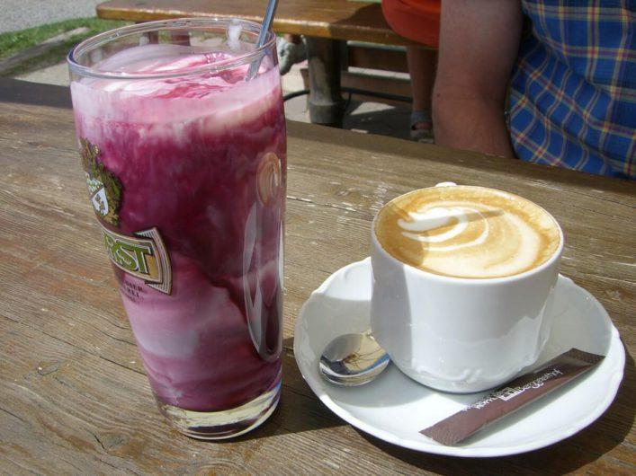 Glas Melcherbluat und Cappuccino im Berggasthof Piffinger Köpfl