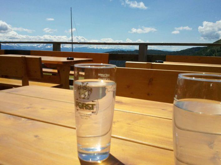 Gläser mit Holunderblütensirup auf der Terrasse der Öttenbacher Alm