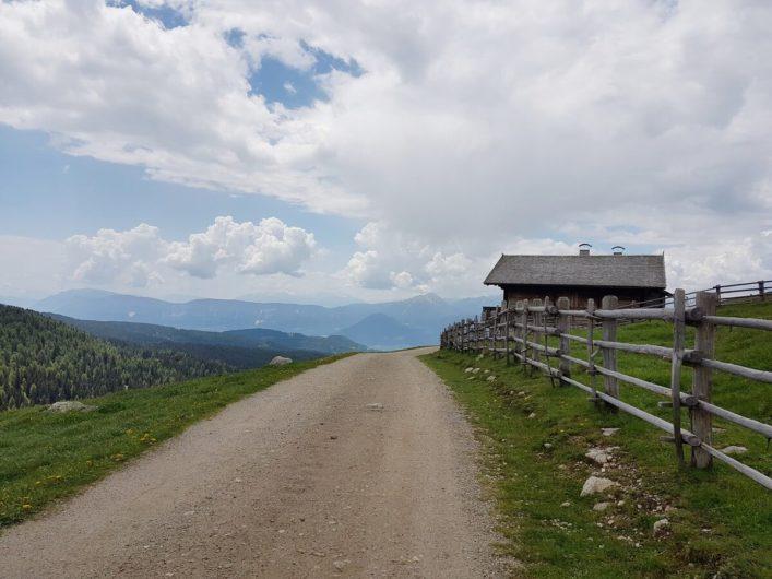 Hütte am Wegrand und Blick auf die Ortlergruppe in der Ferne
