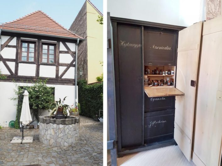 Innenhof des Brandenburgischen Apothekenmuseums mit Brunnen und Giftschrank im Apothekenmuseum