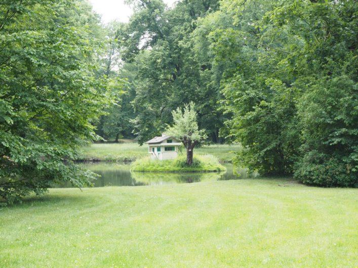 kleine Insel im Branitzer Park in Cottbus mit Häuschen für Enten