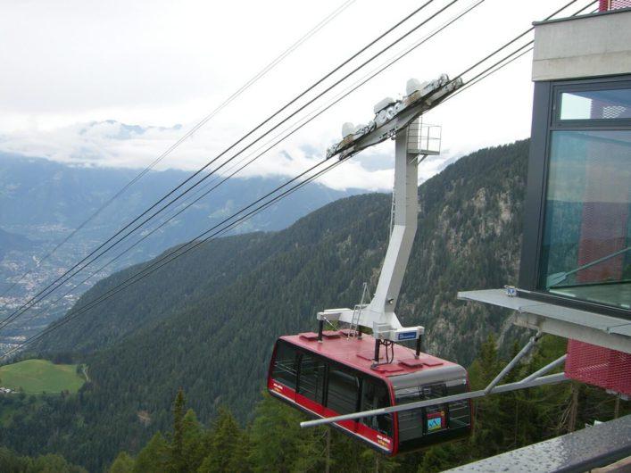 die Kabine der Seilbahn Meran 2000 kurz vor der Einfahrt in die Bergstation