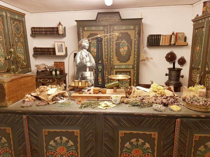 Kräuter ausgelegt in einem alten Offizin im Apothekenmuseum in Cottbus