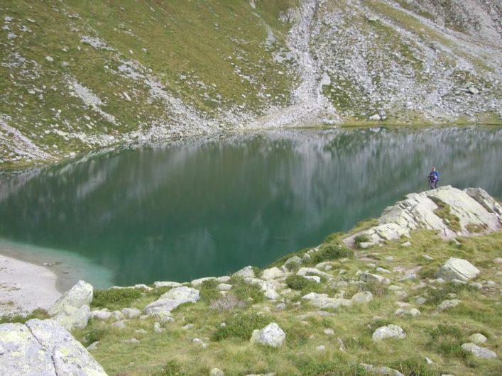 im Kratzbergersee spieglen sich die umliegenden Felsen