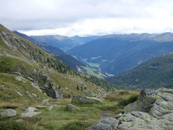 Blick ins Sarntal und auf die Sarntaler Alpen vom Wanderweg zum Kratzberger See