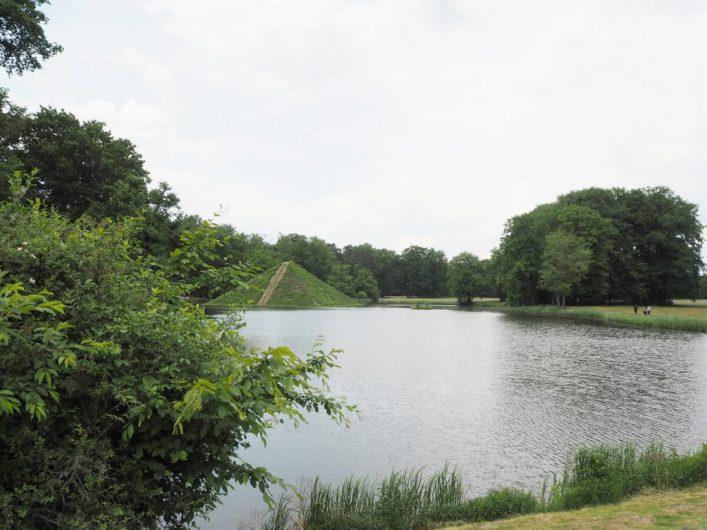 See im Branitzer Park mit Blick auf die Seepyramide