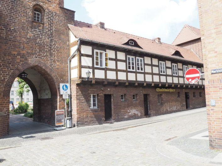 Stadttor in Cottbus mit dem Restaurant Stadtwächter daneben