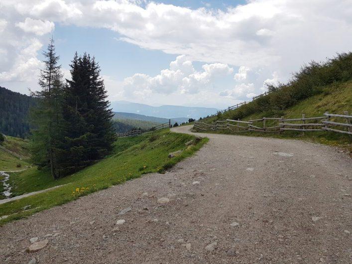 breiter Weg auf Meran 2000 Richtung Seilbahnen