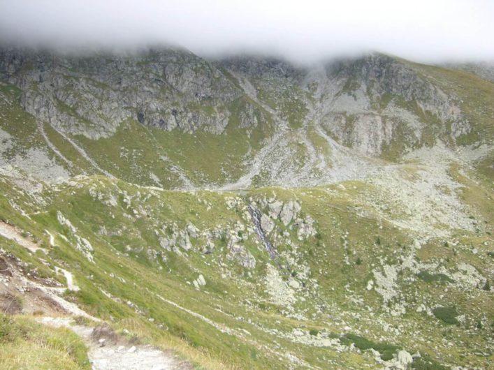 den Kratzbergersee unterhalb der Felsen erahnen