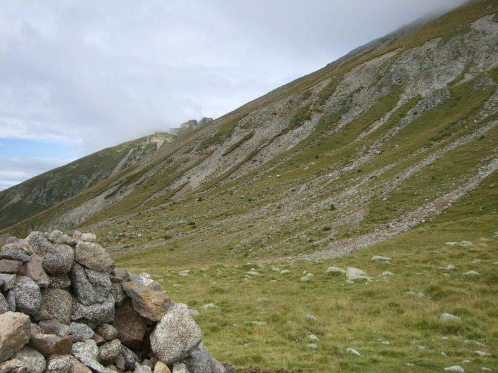 grün überwachsene Felsen auf Meran 2000