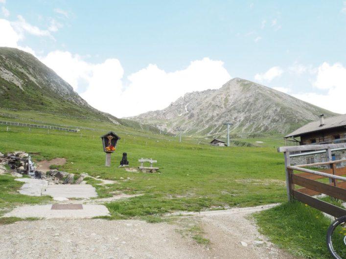 im Außenbereich der Waidmannalm mit Blick auf Gipfel im Hintergrund