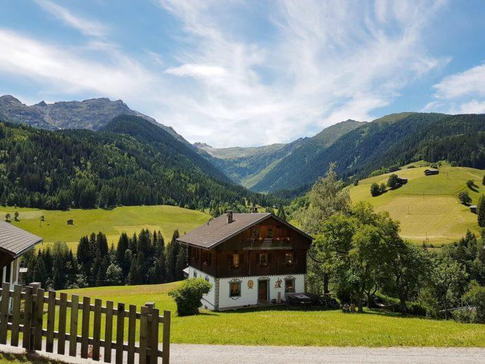 Ausblick auf altes Bauernhaus und die karnischen Alpen in Maria Luggau im Lesachtal