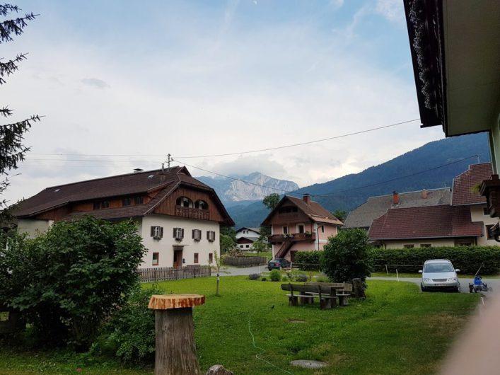Blick auf den Hansbauerhof in Jenig und die umliegende Bergwelt