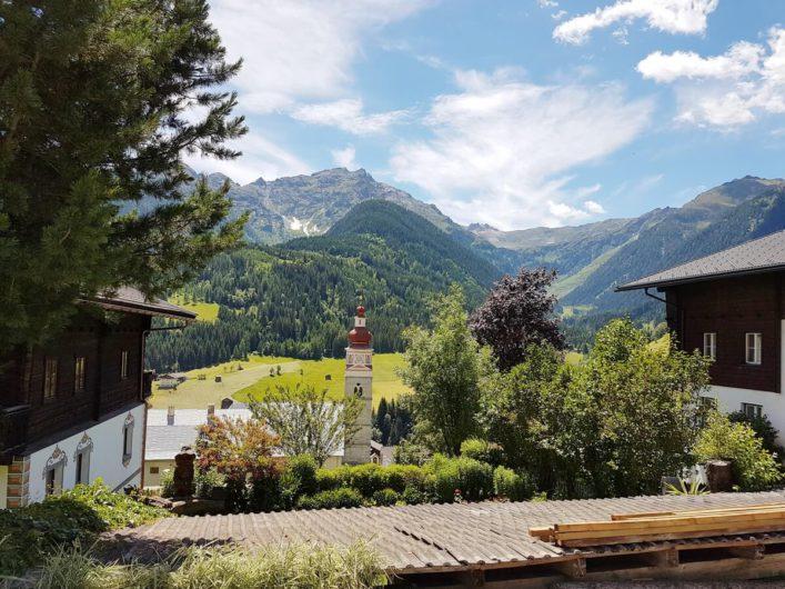Klosterkirche und karnische Alpen in Maria Luggau