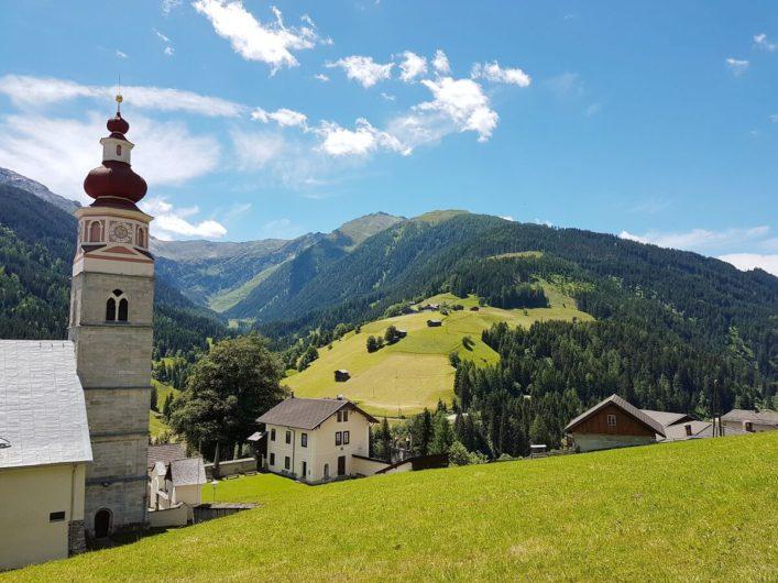 Blick auf die Klosterkirche und über Maria Luggau im Lesachtal