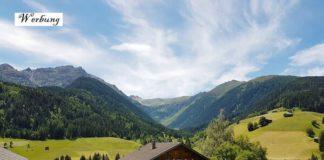 Werbung, da Pressereise - Ausblick auf Bauerhaus und umliegende Bergwelt in Maria Luggau in Kärnten