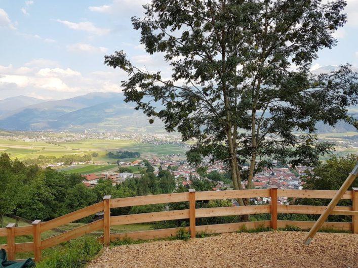 Blick vom Romediwirt in Thaur auf das Dorf und Richtung Hall in Tirol