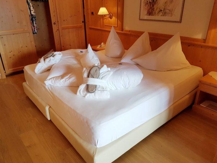 Schlafbereich der Juniorsuite im Wellnesshotel Sonnbichl in Dorf Tirol