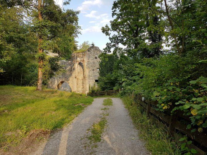Spaziergang vorbei an der Burgruine Thaur