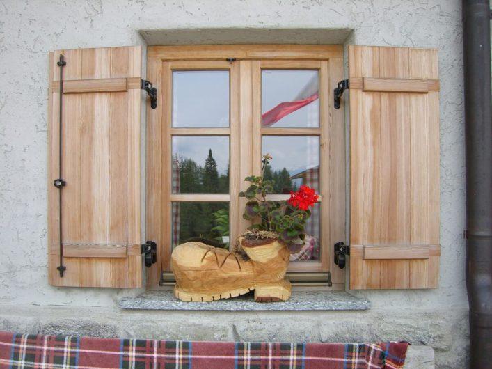 Fenster der Hintereggalm mit geschnitztem Schuh aus Holz als Verzierung