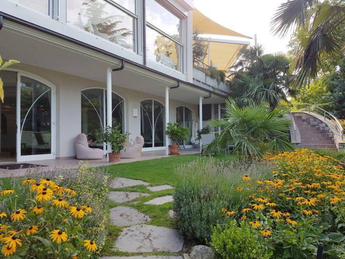 Gartenanlage mit Außentreppe und Blick auf die Terrasse beim Wellnesshotel Sonnbichl