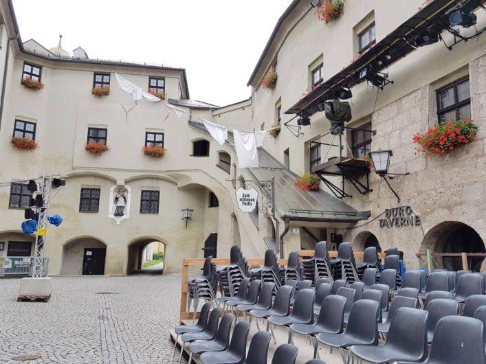 Innenhof der Burg Hasegg in Hall in Tirol mit Bestuhlung für die Gassenspiele