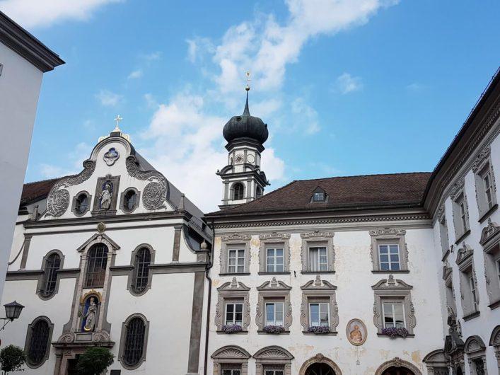 Blick auf die Fassade des Kloster Herz Jesu in Hall in Tirol