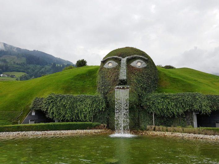 Blick auf den wasserspeienden Riesen in den Swarovski Kristallwelten