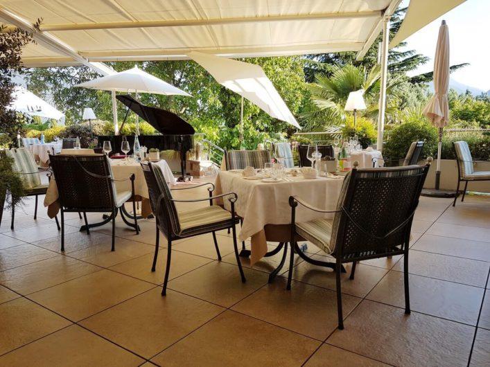 große Terrasse beim Wellnesshotel Sonnbichl mit Tischen gedeckt fürs Dinner