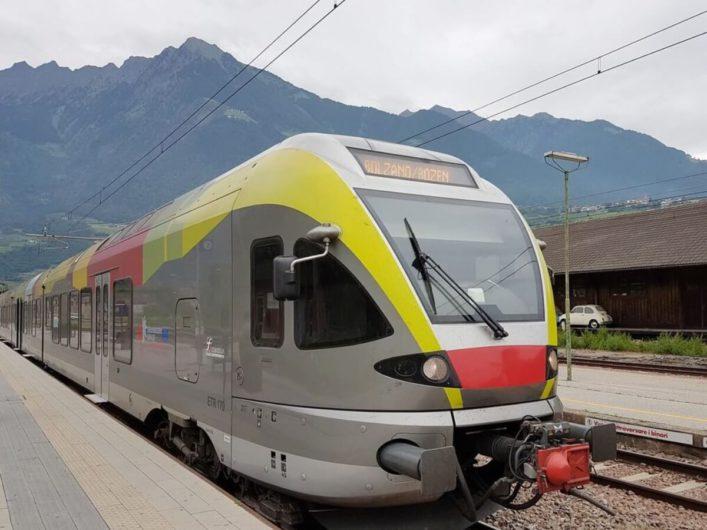 ein Zug der Vinschger Bahn im Bahnhof von Meran