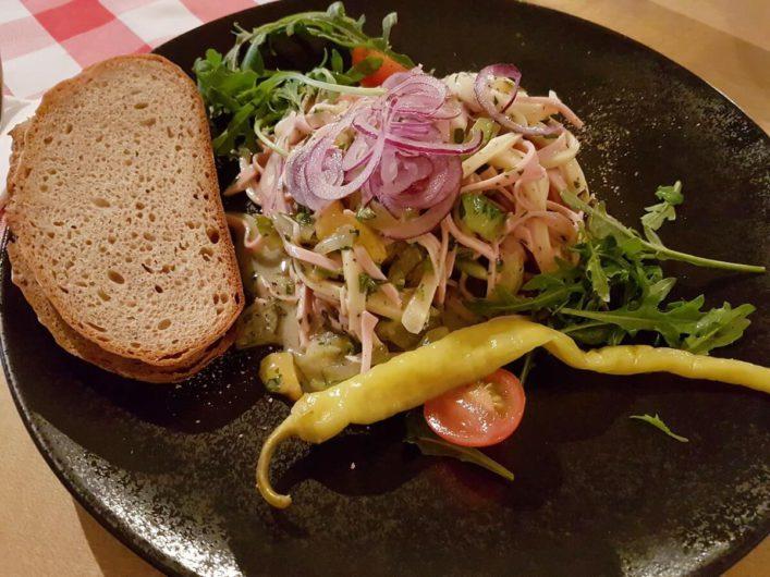 Wurstsalat im Augustiner Bräu Keller in Hall in Tirol