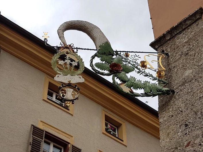 Zunftschild an der Fassade eines Hauses in Hall in Tirol