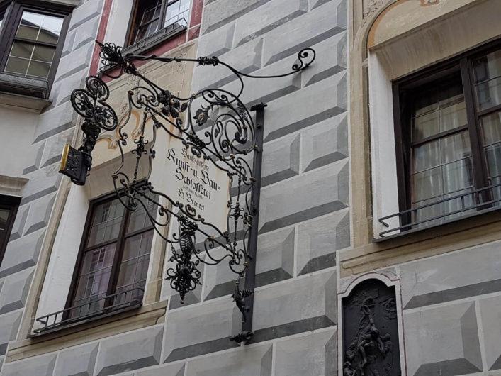 Zunftschild an einem Haus in der Altstadt von Hall in Tirol