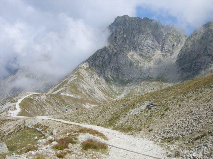 Wanderweg hinauf zur Kuhleitenhütte mit Blick auf die schroffen Gipfel der Umgebung
