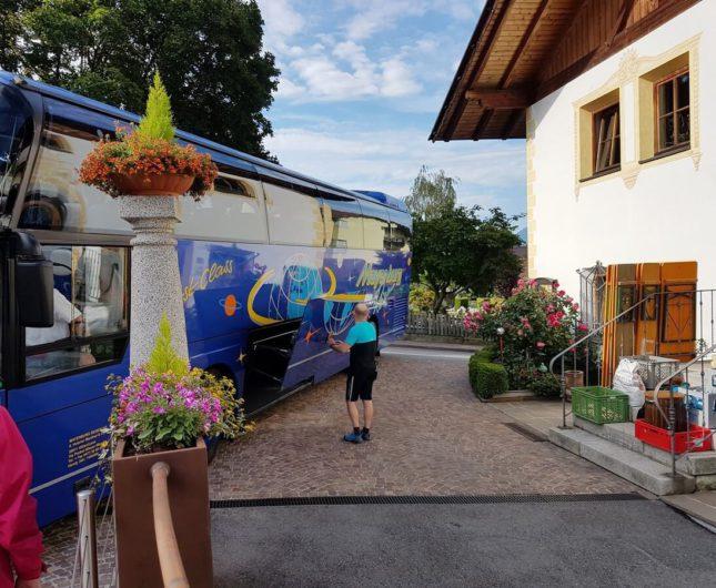 Bus für die geführte Tour in der Einfahrt des Hotel Sunnwies