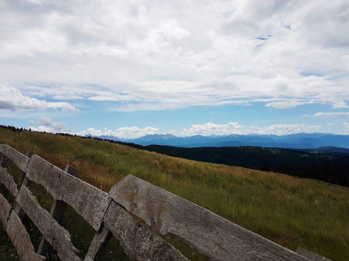 Fernblick in die Dolomiten kurz vor der Vöraner Alm