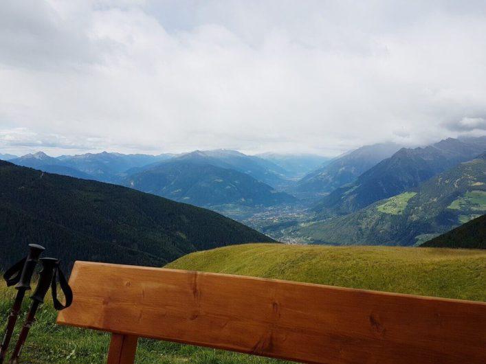 Blick Richtung Meran und auf die umliegende Bergwelt