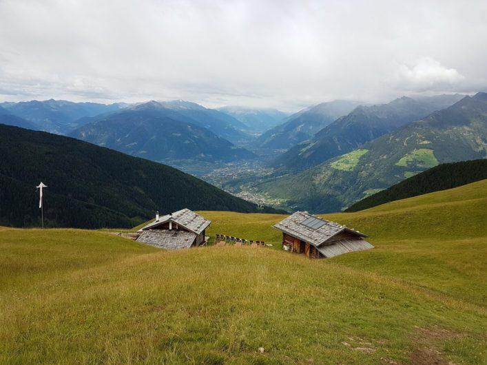 Blick über die Assen Hütte und die Südtiroler Bergwelt Richtung Vinschgau