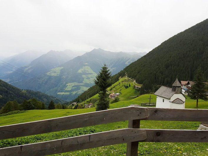 Kapelle in Videgg und Blick Richtung Hochmuth in Dorf Tirol