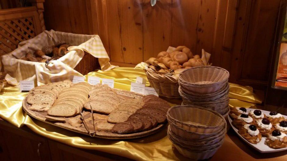 Brotauswahl auf dem Frühstücksbuffet im Hotel Sunnwies