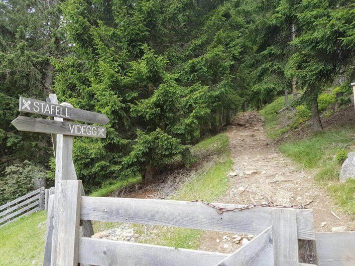 Wanderwegweiser zur Stafellhütte und nach Videgg