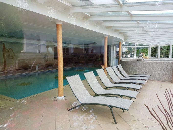 Innenpool und Ruheliegen im Hotel Sunnwies